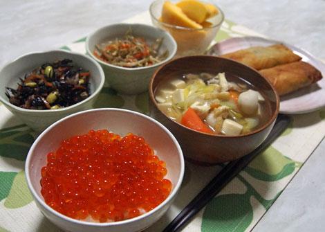 イクラご飯と春巻.jpg